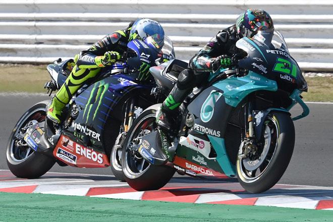 Morbidelli (kanan) dan pelumba pasukan Monster Energy Yamaha Valentino Rossi berlumba di Grand Prix MotoGP San Marino di Litar Misano Circuit Marco Simoncelli kelmarin. — Gambar AFP