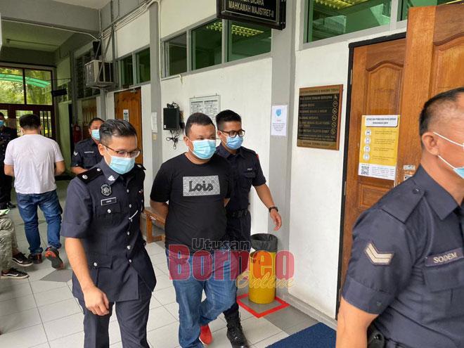 Tertuduh diiringi polis selepas selesai perbicaraannya di Sibu semalam.