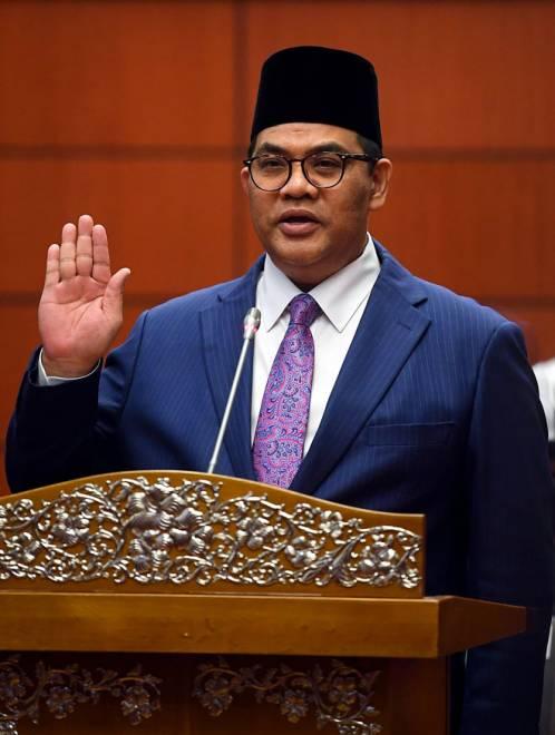 Jefridin mengangkat sumpah sebagai senator di hadapan Yang Dipertua Dewan Negara Tan Sri Dr Rais Yatim di Dewan Negara, Kuala Lumpur semalam. — Gambar Bernama