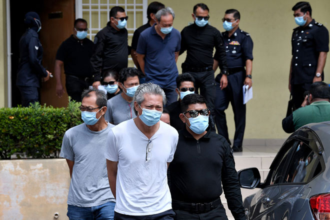 Empat ahli lembaga pengarah dan seorang pengurus sebuah syarikat membaiki jentera berat mengaku tidak bersalah di Mahkamah Sesyen Selayang semalam berhubung kes pembuangan bahan berbahaya ke dalam Sungai Gong, Rawang baru-baru ini. — Gambar Bernama