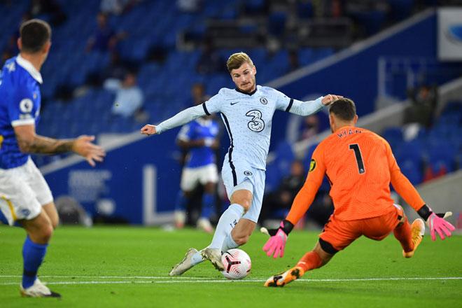 Werner (tengah) diasak penjaga gol Brighton Mathew Ryan pada perlawanan Liga Inggeris antara Brighton and Hove Albion dan Chelsea di  Stadium Ekspres Komuniti Amerika di Brighton, selatan England kelmarin. — Gambar AFP