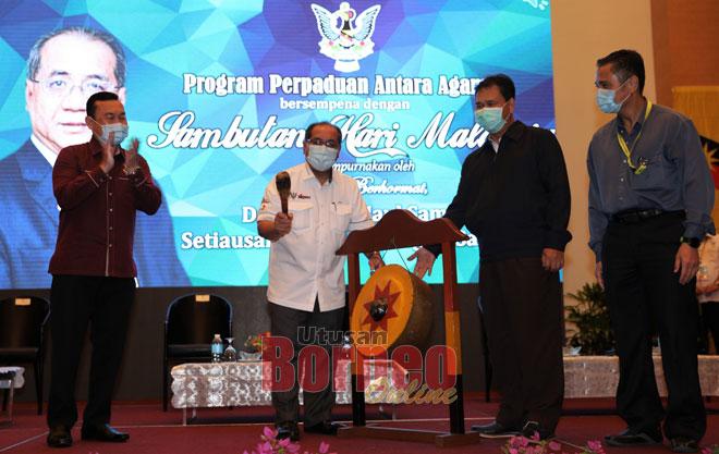 Jaul (dua kiri) ketika merasmikan Program Perpaduan Antara Agama sempena Sambutan Hari Malaysia 2020.