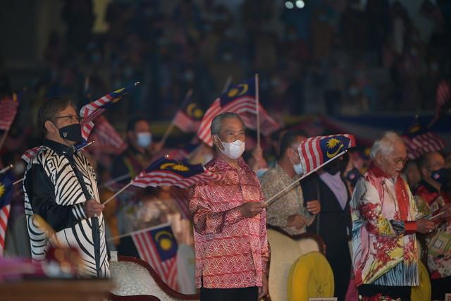 Tun Taib (kanan) bersama Muhyiddin(tengah) danAbang Johari(kiri) mengibarkan Jalur Gemilang ketika menghadiri Majlis Sambutan Hari Malaysia di Stadium Tertutup Sibu hari ini. - Gambar Bernama