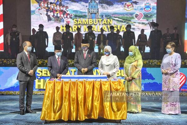 (Dari kiri) Timbalan Ketua Menteri Datuk Jaujan Sambakong, Datuk Wilfred Madius Tangau dan Datuk Christina Liew (kanan sekali) diikuti oleh Shafie, Juhar, isterinya Norlidah dan isteri Ketua Menteri Shuryani di hadapan kek perayaan untuk menandakan sambutan Hari Malaysia ke-57 di Pusat Konvensyen Antarabangsa Sabah.