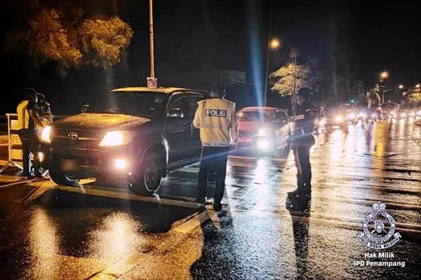 Polis dari BSPT IPD Penampang menjalankan pemeriksaan semasa Ops Mabuk.