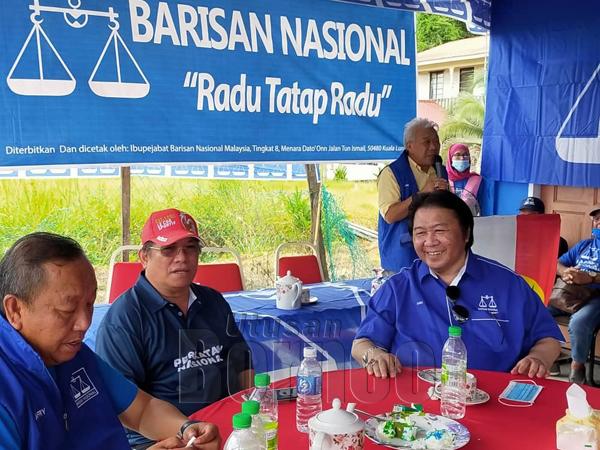 Bung Moktar berucap di Kampung Bilit. Turut kelihatan Jafry (kiri), Timbalan Ketua BERSATU Bahagian Kinabatangan Azman Mastar (dua kiri) dan mantan ADUN Sukau Datuk Zaki Gusmiah.