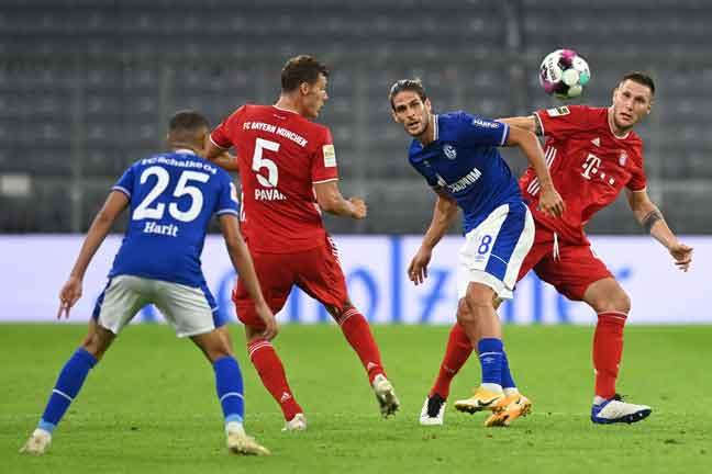 Antara babak-babak aksi perlawanan Bundesliga di antara Bayern Munich dan Schalke di Munich, Jerman. — Gambar AFP