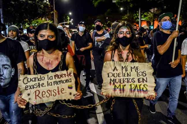 Penunjuk perasaan membawa sepanduk yang berbunyi 'Apabila kematian wujud, memori menentang' dan 'Kematian di negara saya menyakitkan saya' semasa protes terhadap kekejaman polis di Medellin, Colombia pada 14 September lepas. — Gambar AFP