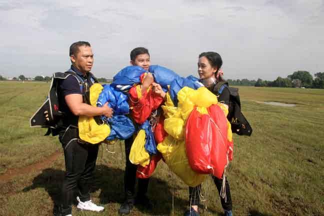 Sani, (kiri), isterinya Wan Razlila (kanan) dan anak lelakinya Izzat  selepas membuat  terjunan secara solo pada ketinggian 4,500 kaki sempena Sambutan Hari Kebangsaan ke-63 di Lapangan Terbang Tekah, Taiping, semalam. — Gambar Bernama