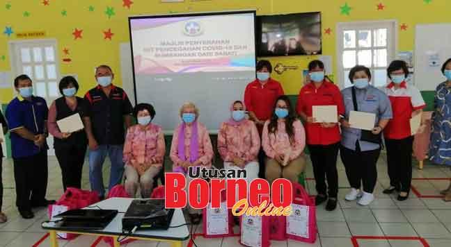 (Duduk dari kiri) Kong, Dr Zaliha, Siti Syorgaya dan Debbie merakamkan gambar kenangan bersama wakil pusat PDK yang menerima sumbangan kit pencegahan COVID-19 semalam.