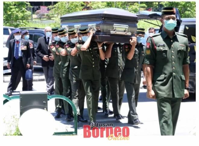 Keranda yang membawa jasad mendiang Awang diusung masuk ke Dewan Suarah Kuching. Gambar Muhammad Rais Sanusi.
