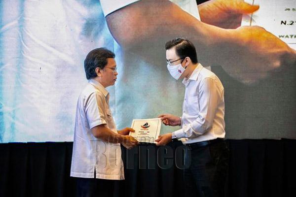 Phoong menerima watikah daripada Shafie sebagai calon WARISAN-Plus di DUN Luyang.