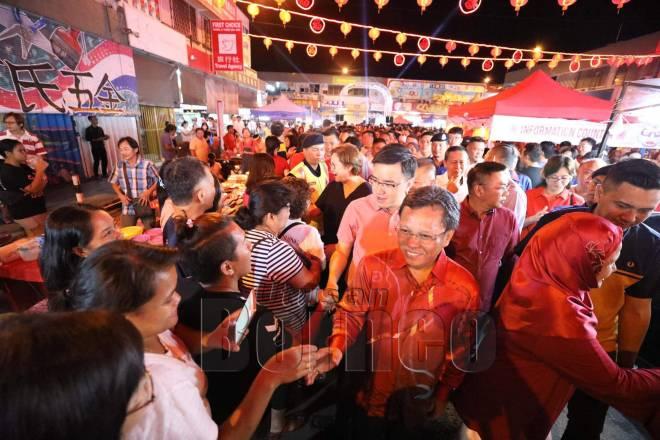 Phoong mengiringi Shafie (depan) yang datang melawat Pasar Malam Tahun Baharu Cina pada Januari lalu.