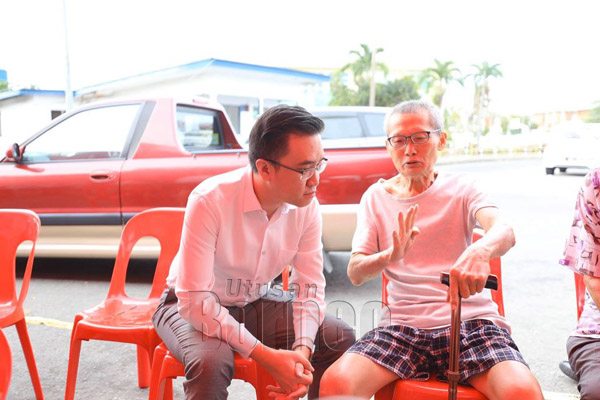 Phoong hormat dan sedia mendengar masalah, teguran dan nasihat dari mereka yang lebih tua.