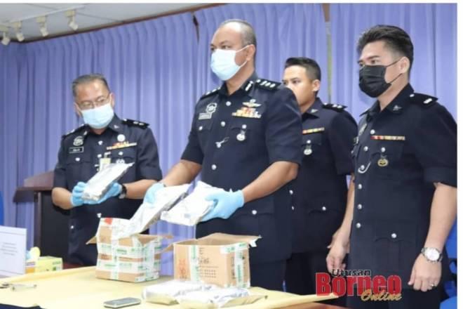 Jasmirol (tengah) menunjukkan dadah yang berjaya dirampas daripada pasangan suami isteri berkenaan.