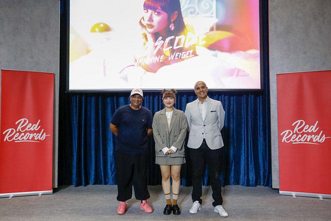Jannine (tengah) bersama Tony dan Hassan semasa majlis pelancaran single 'Passcode' baru-baru ini.