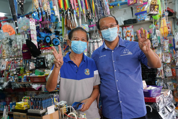 Lu mesra bersua foto bersama seorang peniaga di Kapayan.