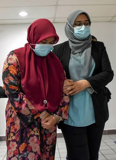 Halimah (kiri) mengaku tidak bersalah di Mahkamah Sesyen Kuala Terengganu semalamterhadap empat pertuduhan menerima suapan keseluruhan bernilai RM29,700 berkaitan pengesahan kerja-kerja pembersihan pejabat dari 2015 hingga 2018. — Gambar Bernama