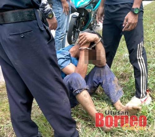 Suspek dipercayai di bawah pengaruh dadah yang melibas senjata tajam ke arah pengguna jalan raya ditahan orang awam sebelum diserahkan kepada polis.