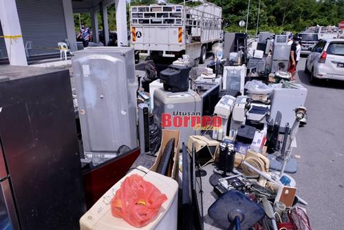 Lebih 27 metrik tan buangan elektrikal dan elektronik dikumpul pada kempen di anjuran JAS Sarawak di Metro City, Matang hari ini. Gambar Muhammad Rais Sanusi