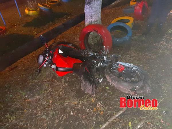Keadaan motosikal mangsa yang rosak teruk selepas kejadian.