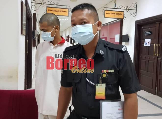 Fadzil diiringi anggota penjara di Mahkamah Kuching.