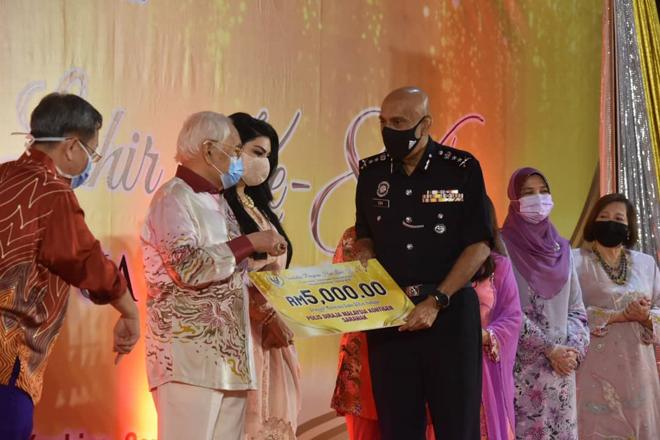 Taib (dua kiri) menyampaikan cek cura kepada Timbalan Pesuruhjaya Polis Sarawak, Datuk Dev Kumar hari ini.