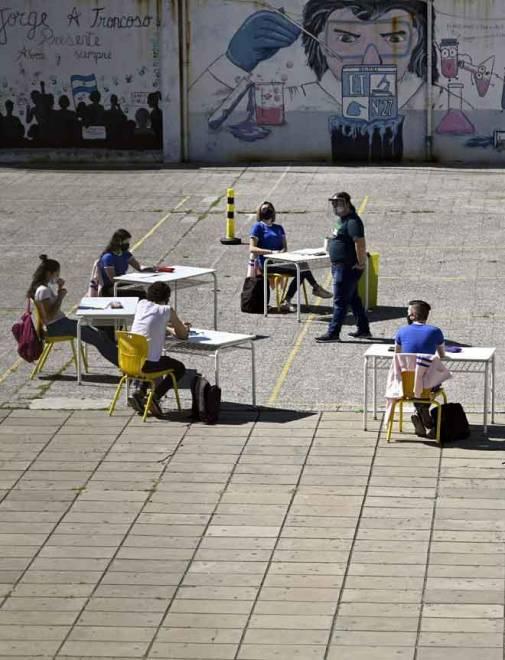 Sekumpulan pelajar tahun akhir sedang mengikuti kelas di pekarangan sekolah di Buenos Aires kelmarin. — Gambar AFP