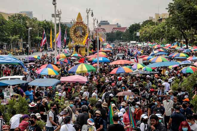 Ribuan penunjuk perasaan prodemokrasi mengambil bahagian dalam perhimpunan antikerajaan di Monumen Demokrasi di Bangkok semalam. — Gambar AFP