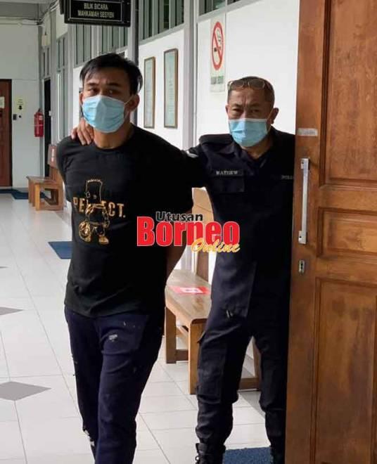Chia dibawa keluar dari Mahkamah Sesyen Sibu, semalam.