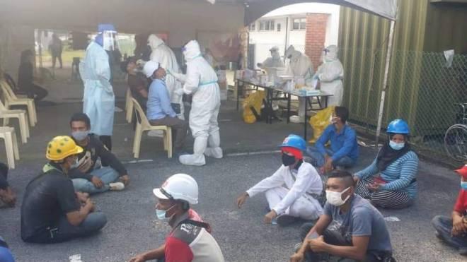 Pemeriksaan ke atas pekerja asing di tapak pembinaan Hospital Umum Sarawak, semalam.