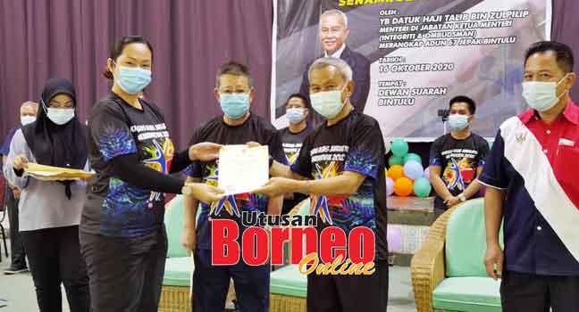 Talib (dua kanan) menyampaikan sijil tamat kursus kepada peserta di Bintulu kelmarin.