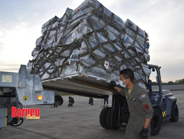 Kelengkapan HMATM yang dihantar ke Sabah menaiki pesawat angkut jenis A400M.