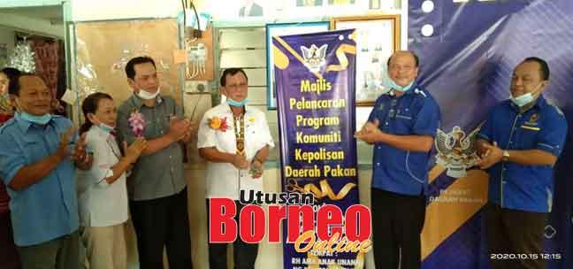 Rolland menyempurnakan majlis perasmian Bengkel Komuniti Kepolisan di Rumah Ama, Nanga Keluton, Entabai, Julau semalam.