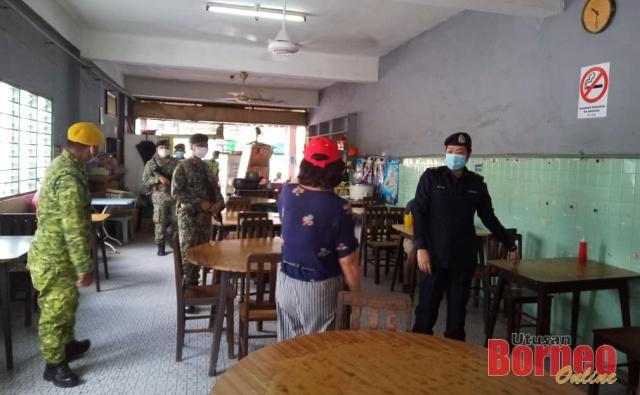 Polis Bau bersama penguatkuasa lain menjalankan operasi pematuhan SOP di premis makanan.