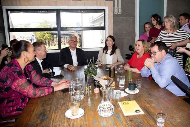 Ardern (tengah) berbincang dengan anggota kanan parlimen sehari selepas kemenangan besar pada pilihan raya umum di Auckland, kelmarin. — Gambar AFP