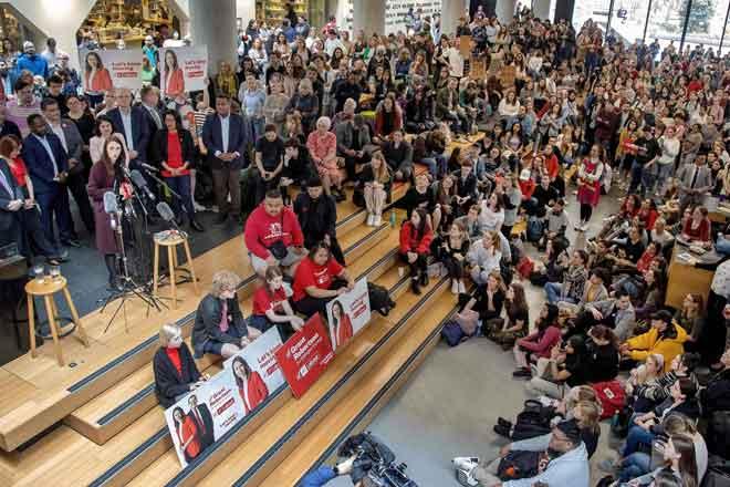 Gambar fail 13 Oktober menunjukkan Ardern berucap di hadapan hadirin dan para pelajar semasa jelajah kempen di Universiti Victoria di Wellington menjelang pilihan raya umum 17 Oktober lalu. — Gambar AFP