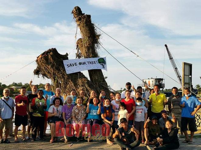 Sukarelawan selamatkan pokok besar di tebing sungai Dalat