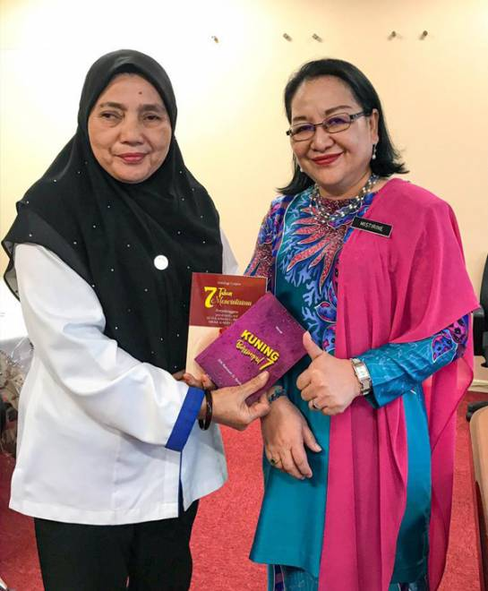 Sitti Rahmah bersama Pengarah Pendidikan Sabah, Dr Mistrine Radin.