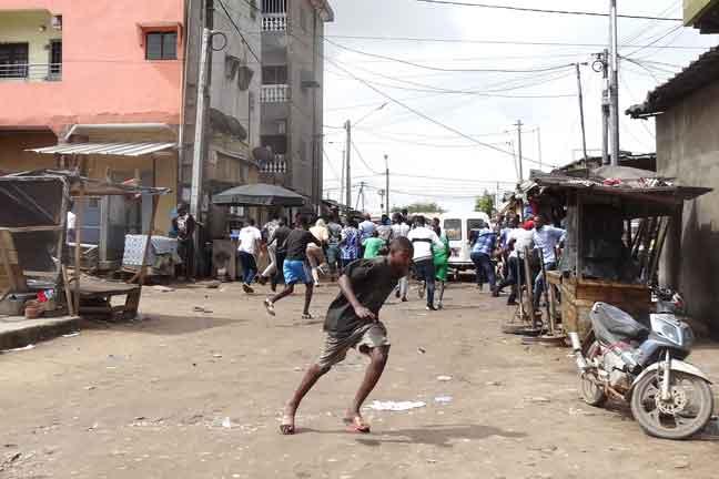 Orang ramai yang menyertai protes lari bertempiaran di daerah Cocody, Abidjan. — Gambar AFP
