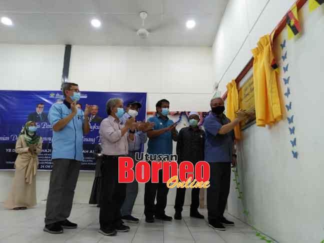 Awang Tengah merasmikan Dewan Kampung Limpaku Pinang disaksikan Ubaidillah (kiri), Paulus, Hasbi, Dr Abdul Rahman dan Simatzaman.