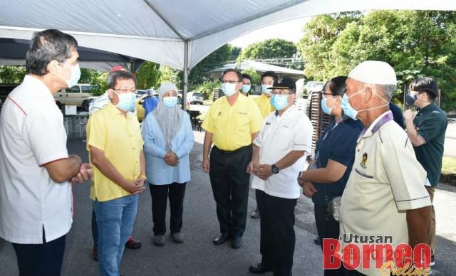 Uggah (tiga kanan) meninjau operasi ACD di Kampung Haji Baki di Kuching hari ini bersama Dr Chin (kiri), Dr Sim (dua kiri) dan yang lain.