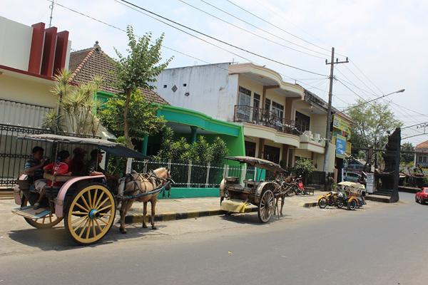 Kelihatan kereta kuda di sebatang jalan di Singosari