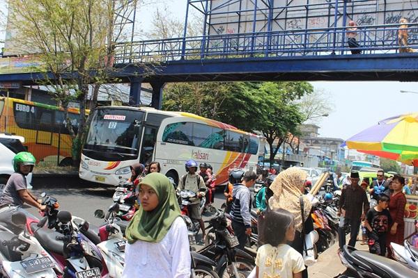 Orang ramai memenuhi jalan raya untuk urusan harian