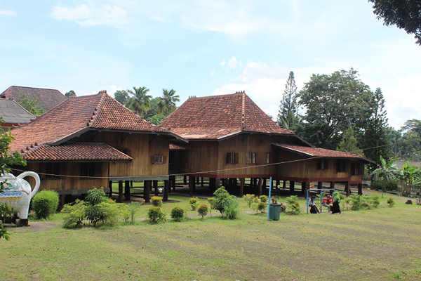 Rumah tradisi Palembang dilihat dari depan.