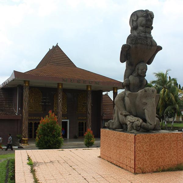 Pandangan dari depan Muzium Balaputra Dewa.