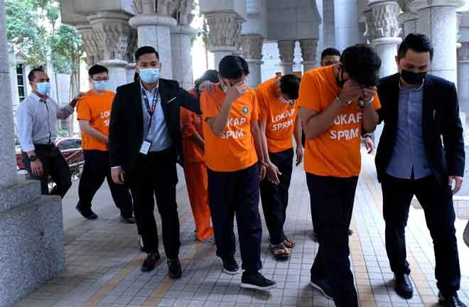 Enam lagi individu direman Suruhanjaya Pencegahan Rasuah Malaysia (SPRM), Putrajaya bagi membantu siasatan kes rasuah membabitkan penipuan sistem pesanan ringkas (SMS), menjadikan keseluruhan 12 individu direman berhubung kes itu setakat ini. — Gambar Bernama