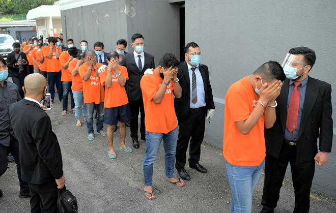 Seramai 13 individu termasuk sembilan anggota Jabatan Imigresen Malaysia dikenakan perintah reman selama tujuh hari oleh Mahkamah Majistret Johor Bahru semalam atas kesalahan dipercayai terlibat dalam kes pemalsuan cap sempadan negara. — Gambar Bernama