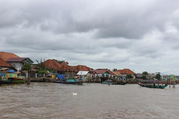 DI TEPI SUNGAI MUSI…Antara perkampungan di tepi sungai Musi.