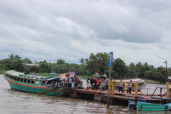 GUNA PERAHU…Penduduk hilir mudik menggunakan perahu.